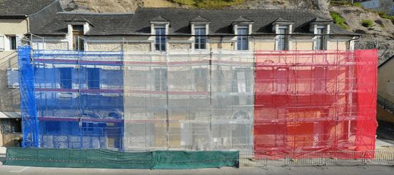 Filets de protection pour échafaudage bleu blanc rouge restauration de façade maison d'habitation