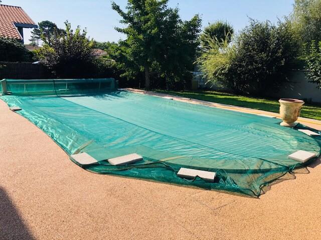 Filet anti-feuilles pour protéger la piscine d'un gros chêne
