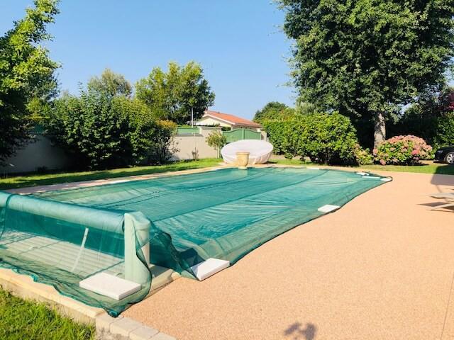 Filet anti-feuilles pour protéger une piscine d'un gros chêne