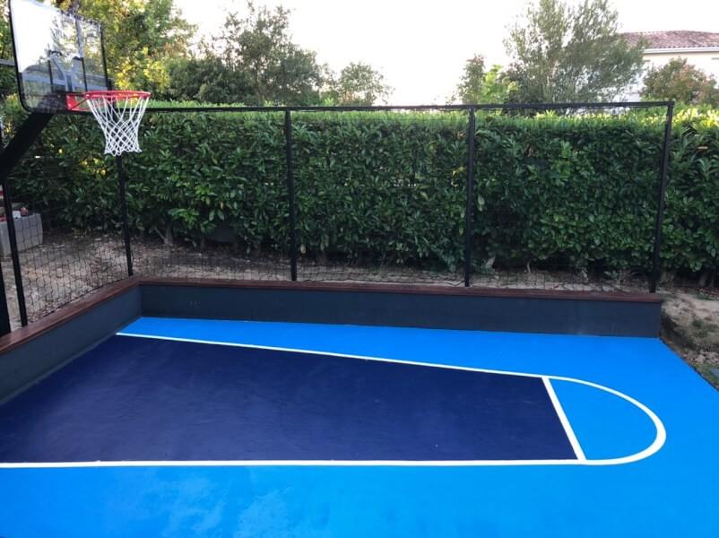 Filet pare-ballons pour délimiter un terrain de basket maison
