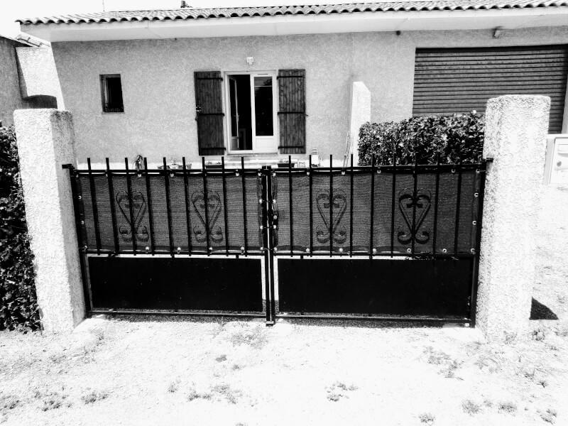 Filet brise-vue de couleur - photo noir et blanc