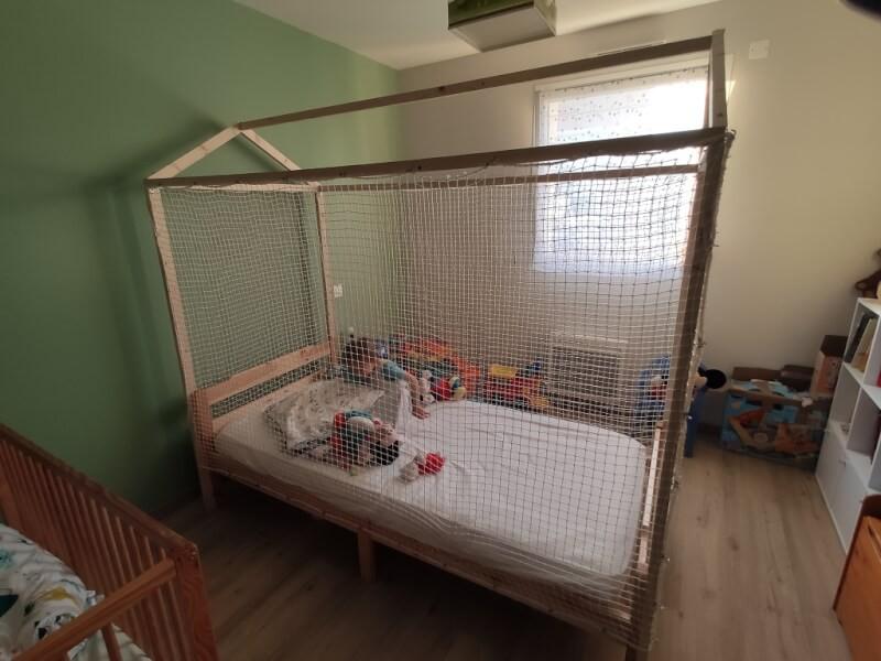 Création d'un lit cabane avec protection par filets sur mesures pour enfant handicapé