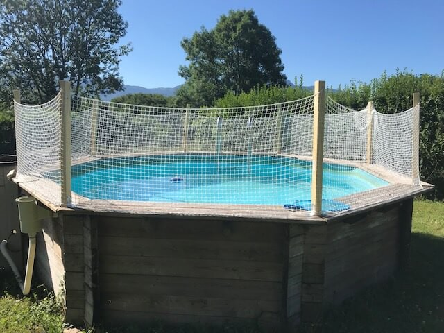 Sécuriser le pourtour d'une piscine avec un filet de protection enfants