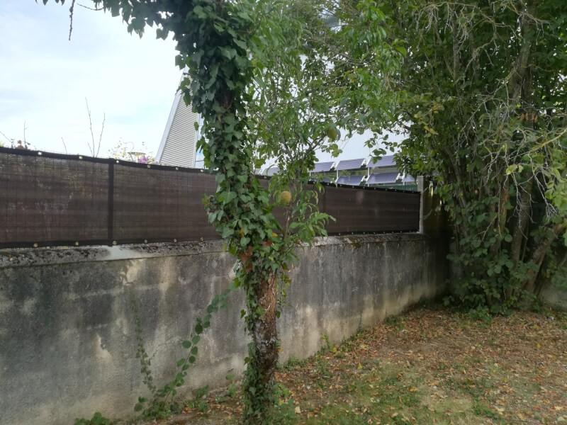 Sur-élevé un muret de jardin avec un filet brise-vue très occultant