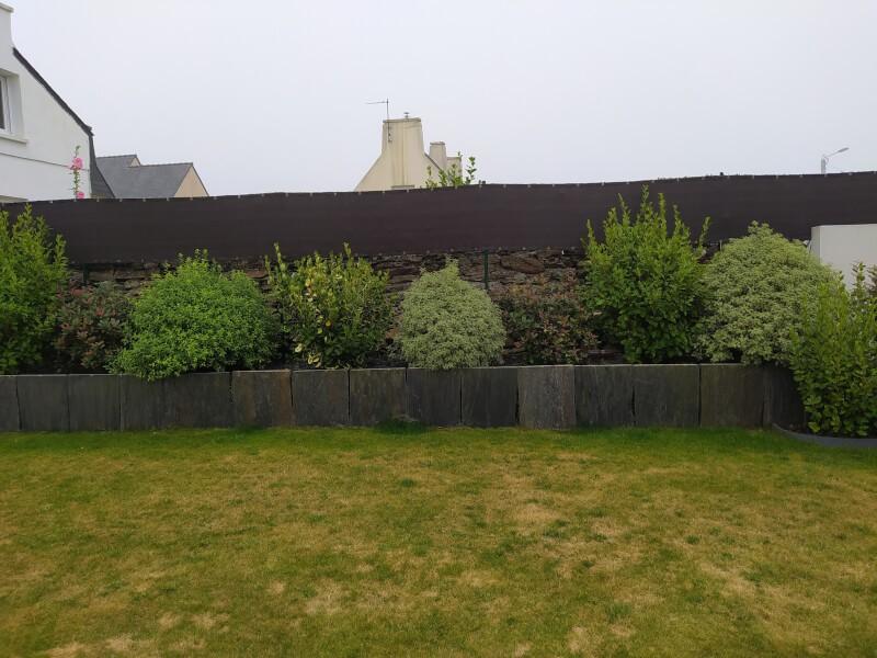 Brise-vue marron sur mur de jardin