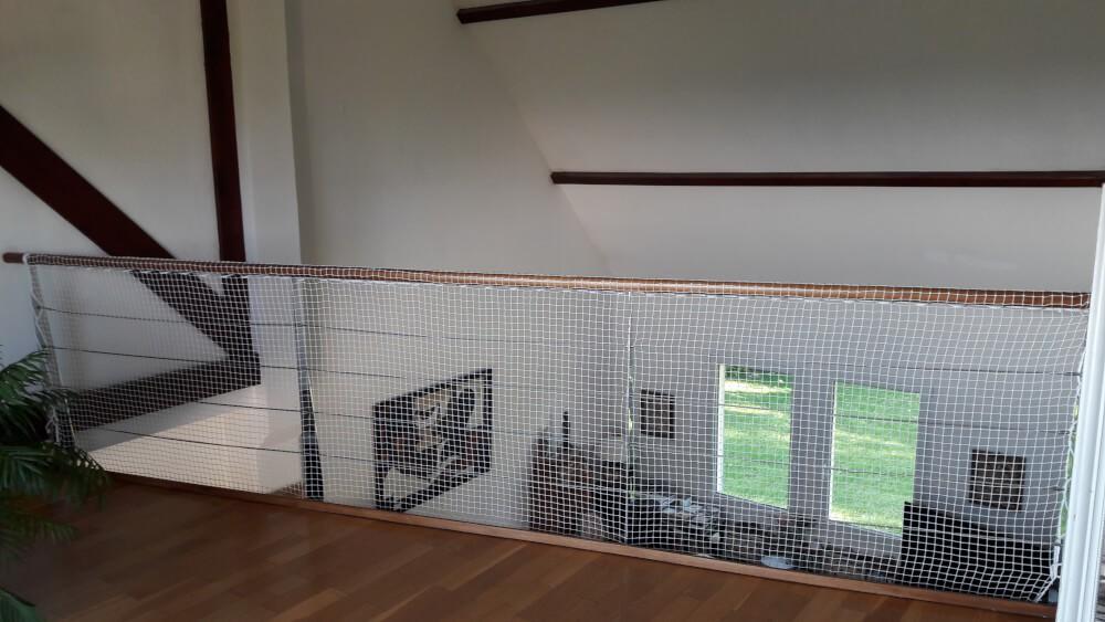 Filet de protection enfants posé sur une mezzanine