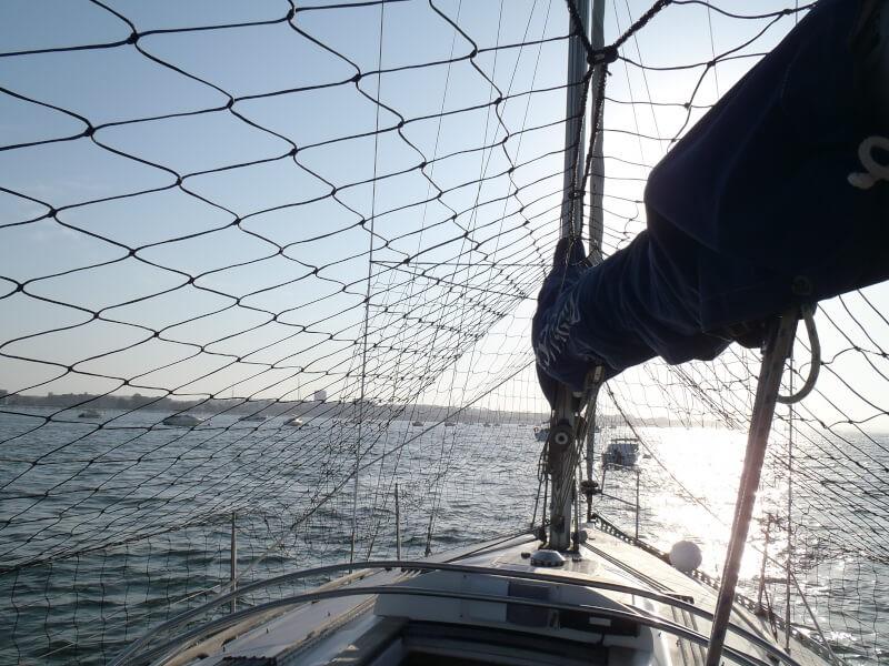 Empêcher les oiseaux de mer de s'installer sur un bateau avec un filet sur-mesure