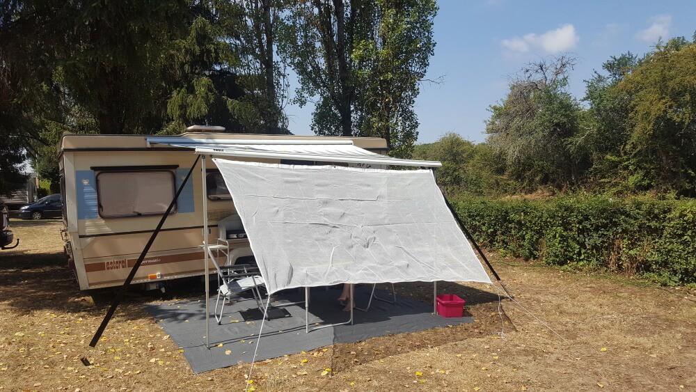 Store caravane avec une toile d'ombrage sur-mesure