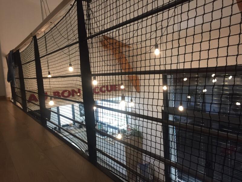 Sécuriser une mezzanine avec un filet de protection pour chats