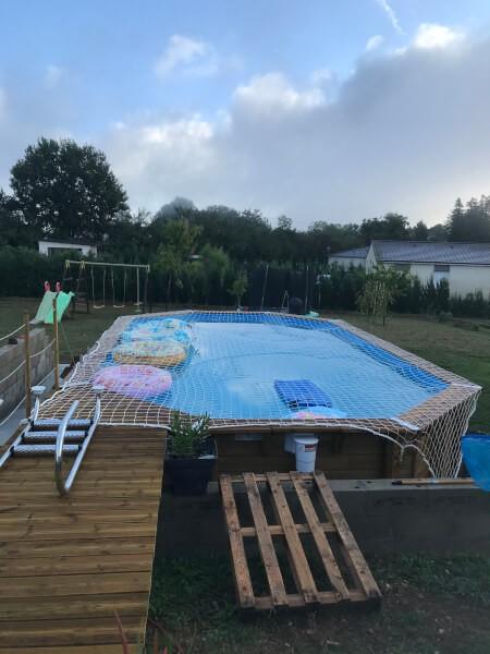 Filet de sécurité anti-noyade installé sur une piscine