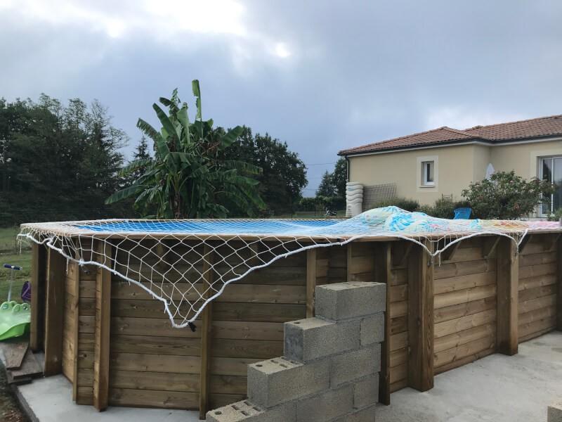 Filet anti-chute posé sur une piscine