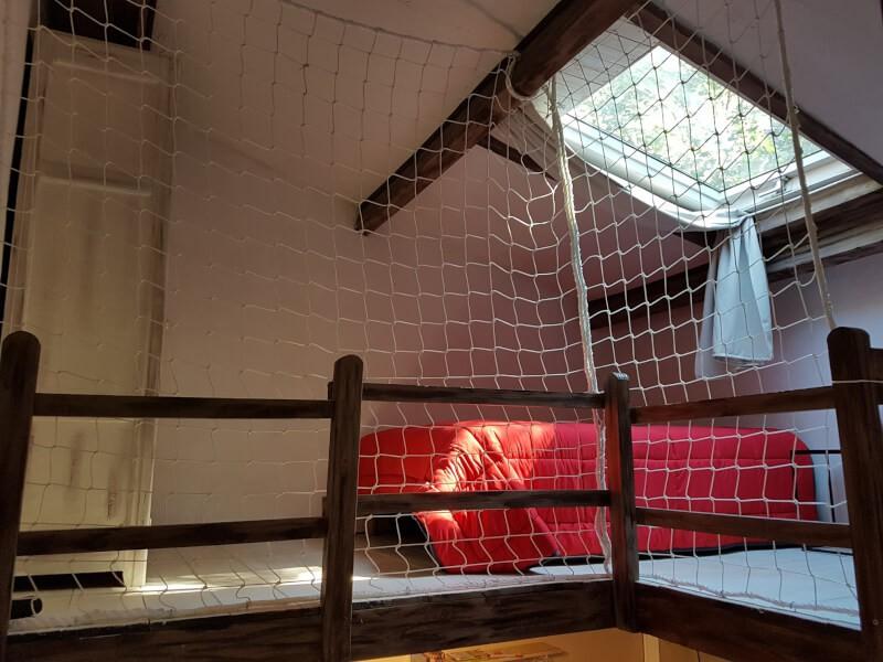 Sécuriser le garde-corps fragile d'une Mezzanine avec un filet de sécurité