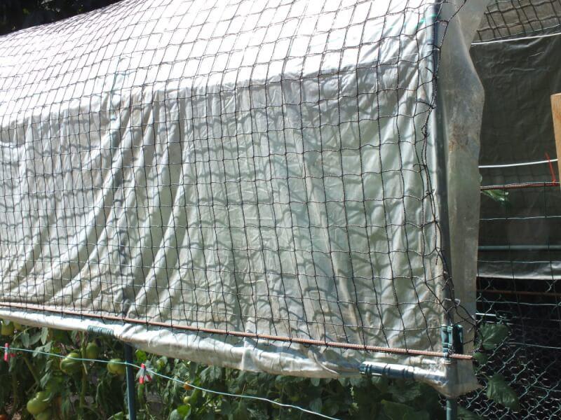 Filet de volière qui protége les serres d'un mauvais coup de vent