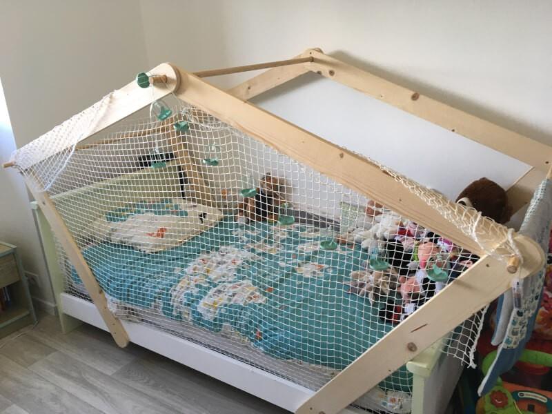 Filet contre les chutes sur lit enfant
