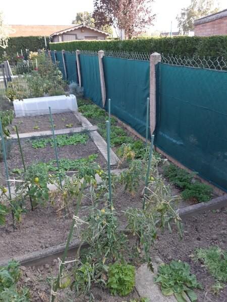 Bâche / Filet brise-vent hautement filtrant installé sur jardin