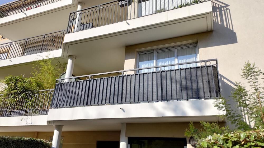 Brise-vue noir sur mesure installé sur balcon