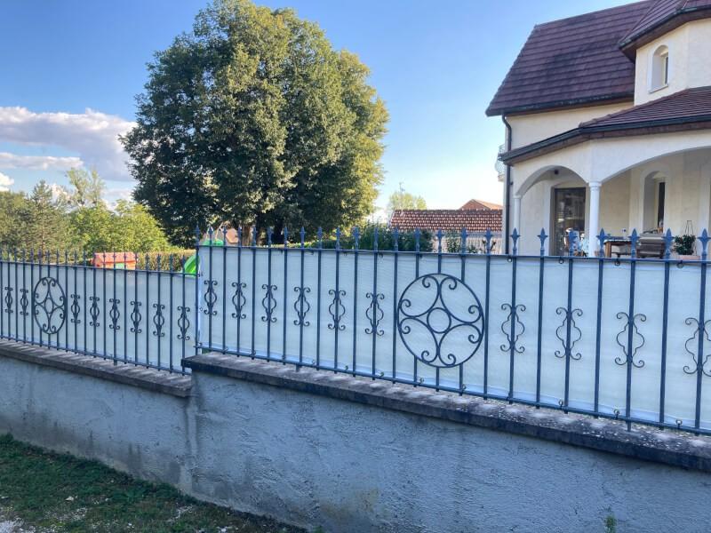Brise-vue sur clôture en fer forgé
