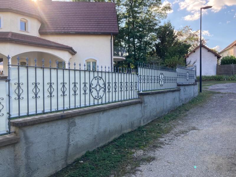 Filet brise-vue couleur sur clôture en fer forgé