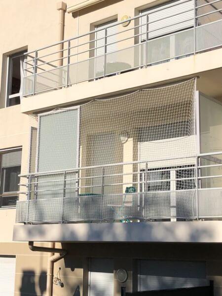 Fermeture de balcon avec un filet sur-mesure pour éviter que le chat saute