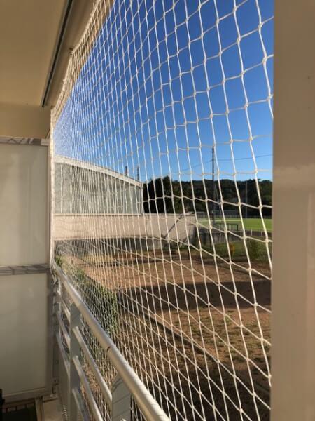 Filet de protection sur balcon pour empêcher la chute des chats