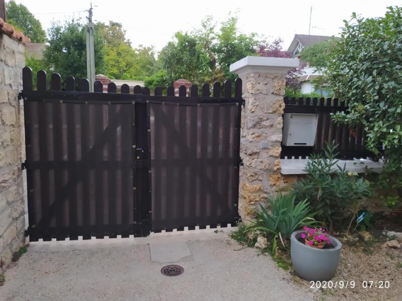 Filet brise-vue occultant sur un portail en bois