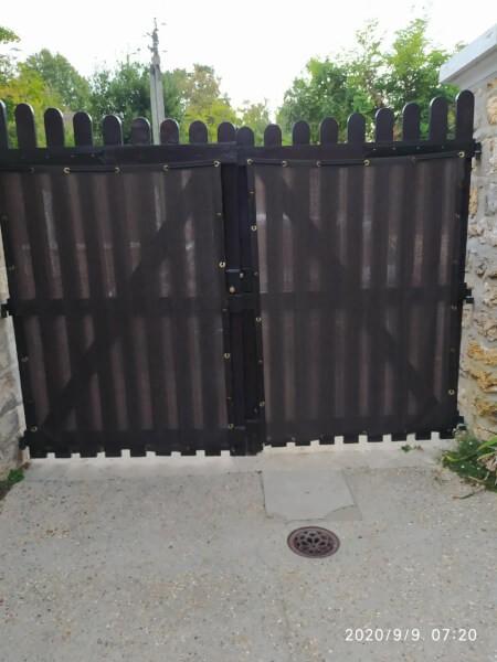 Brise-vue noir pour opacifier un portail en bois