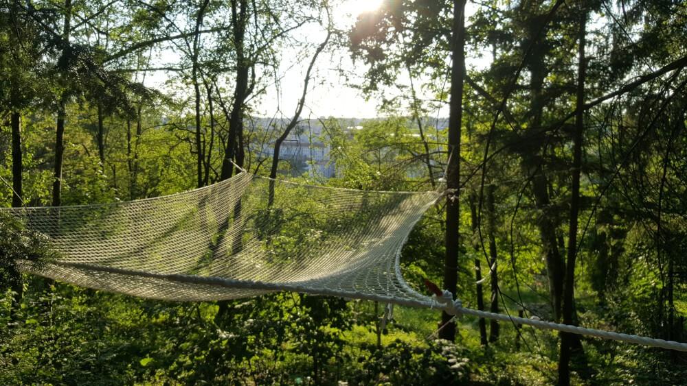 Filet anti-chute installé comme hamac dans les arbres