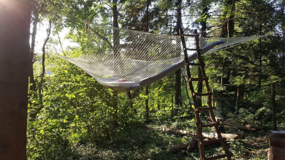 Filet type hamac suspendu dans les arbres