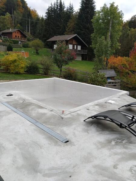 Filet de protection contre les chutes installé sur piscine en travaux