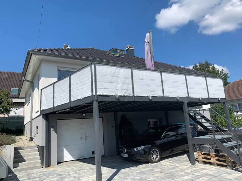 Filet brise-vue blanc installé comme garde-corps sur une terrasse
