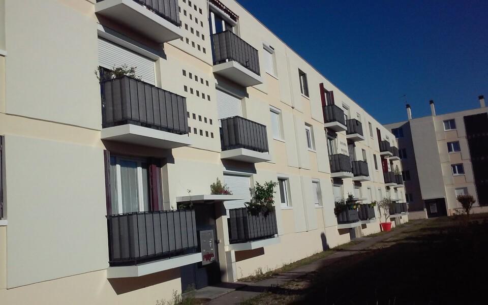 Brise-vue couleur installé sur les balcons d'un immeuble