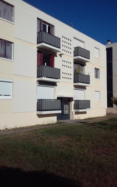 Filets brise-vue installé sur tous les balcons d'une résidence