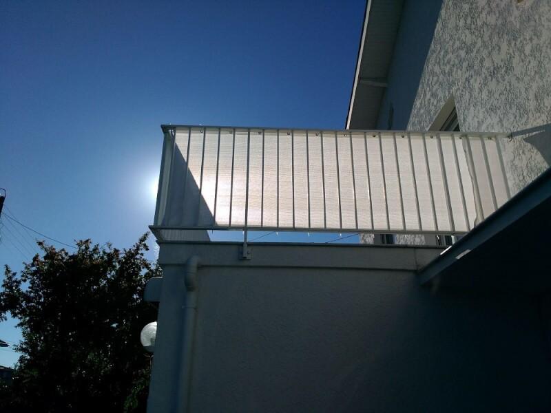 Brise-vue blanc occultation moyenne sur balcon