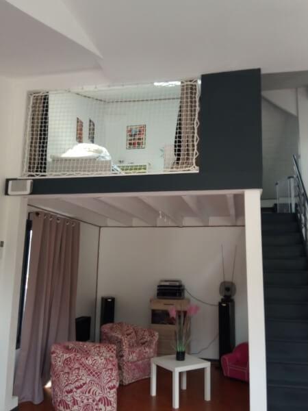 Filet de protection pour enfant installé sur balcon