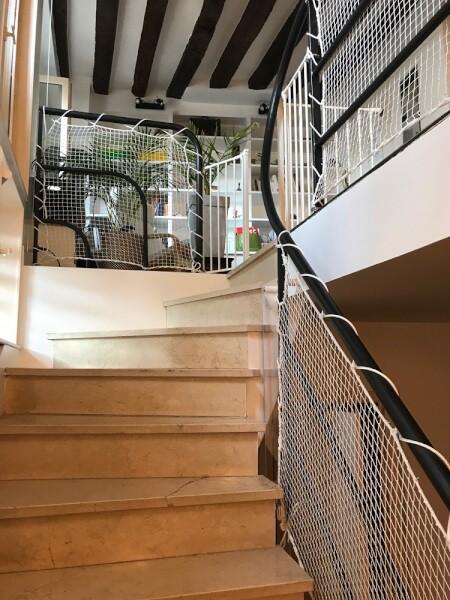 Protection enfant installé sur rambarde d'escalier