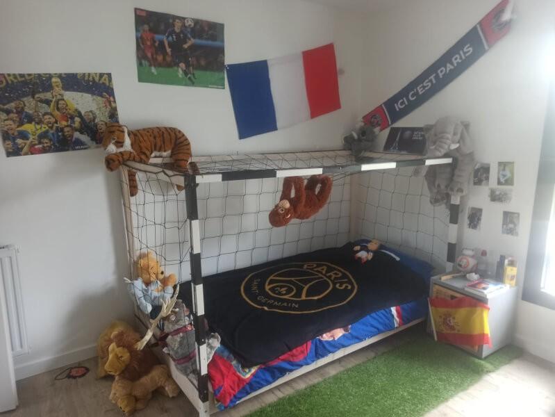 Filet pare-ballons sur lit enfant style cage de football