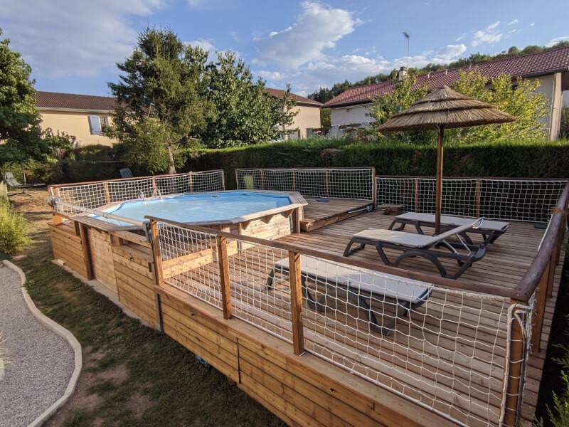 Filet de sécurité blanc sur terrasse avec piscine