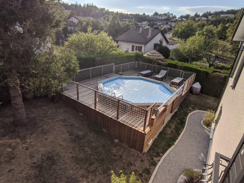 Filet de protection installé autour d'une piscine
