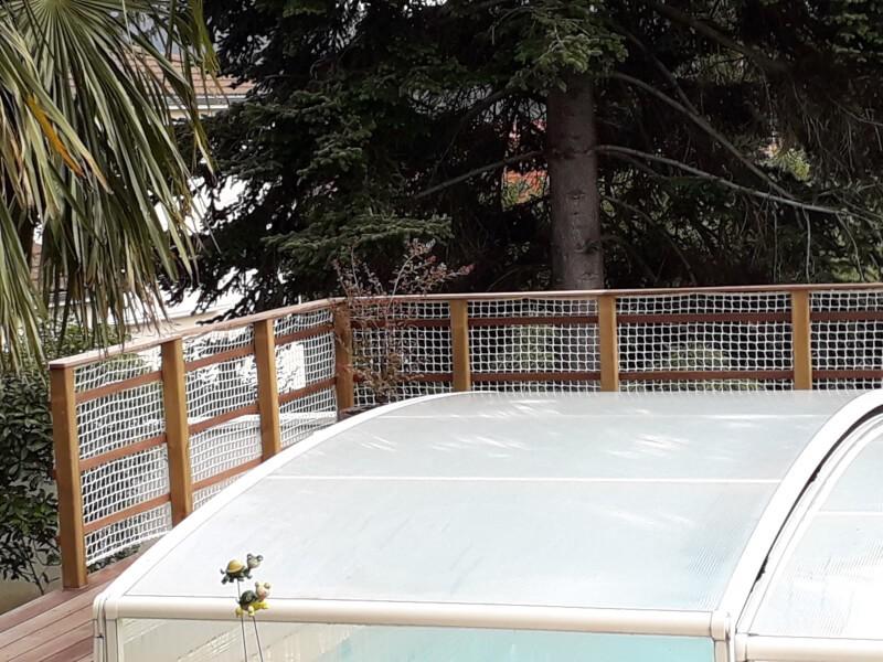 Protection pour piscine installée en bordures de terrasse