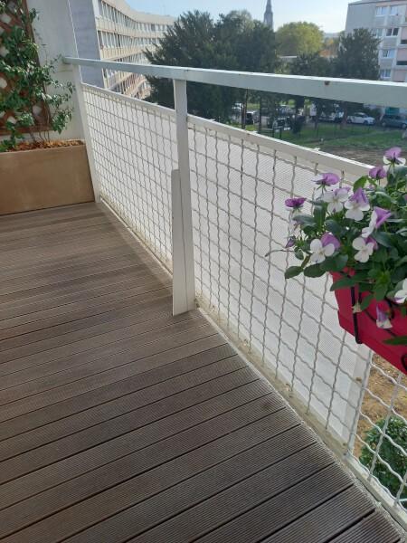 Filet occultant de couleur blanche installé sur balcon