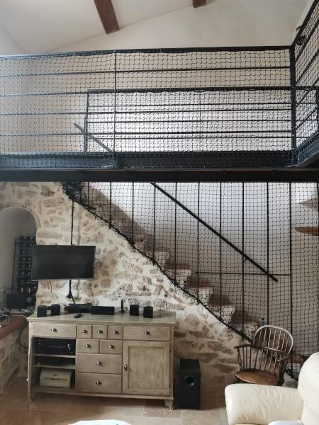 Filet installé en abord d'escalier pour protéger des chutes