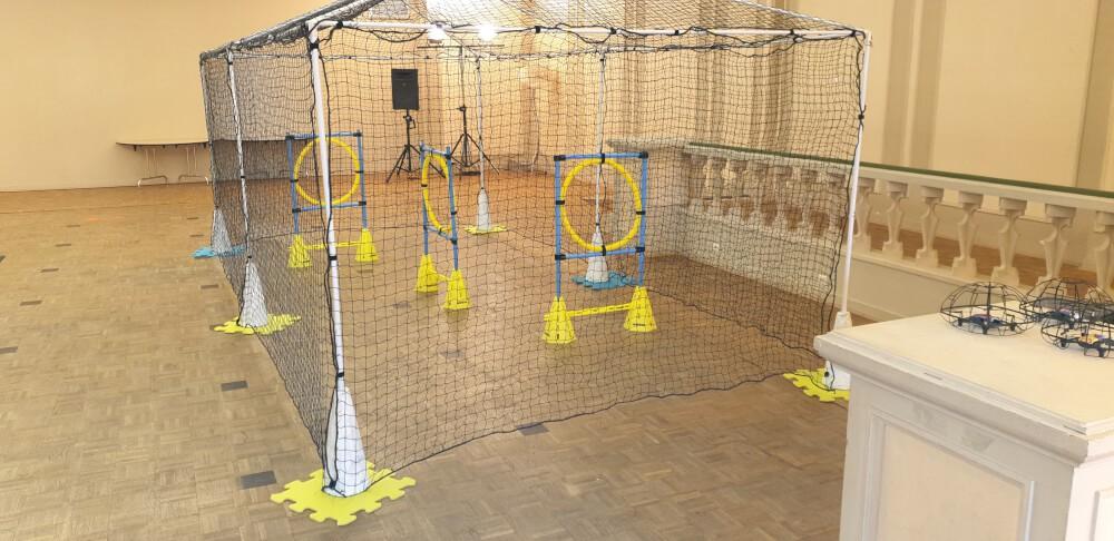 Cage de sécurité pour drones constituée de filets