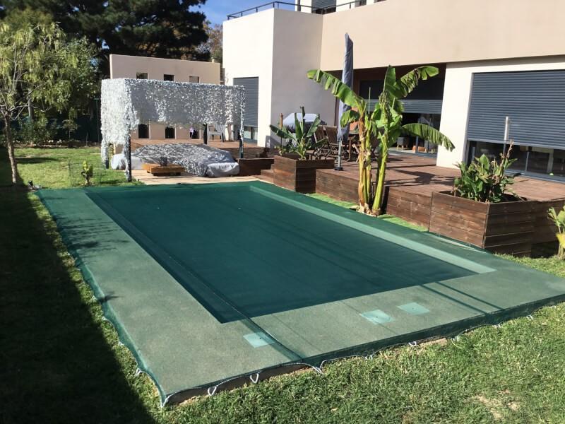 Grand filet vert contre saletés et autres sur piscine