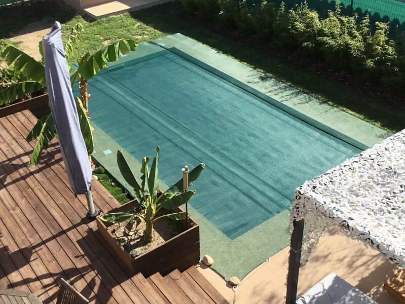 Filet de protection contre les poussières et salissures sur piscine