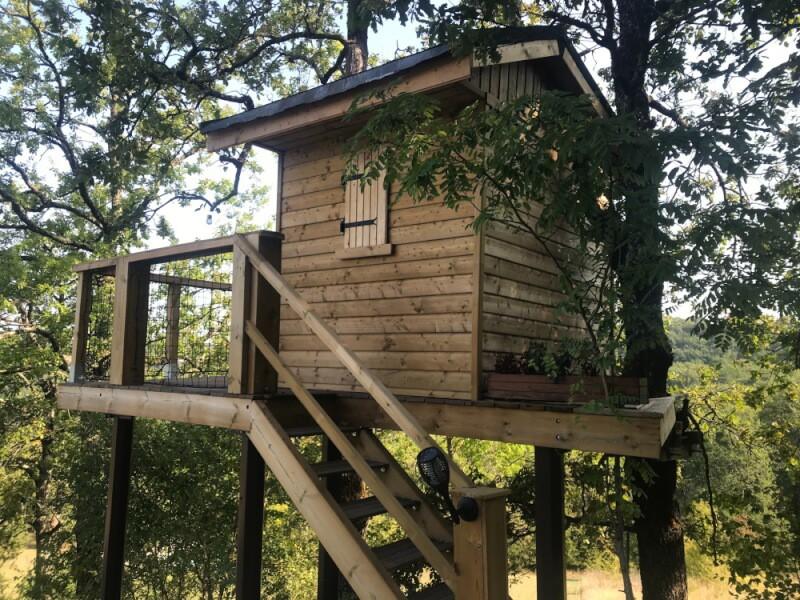 Filet de sécurité installé sur rambardes de cabane en bois