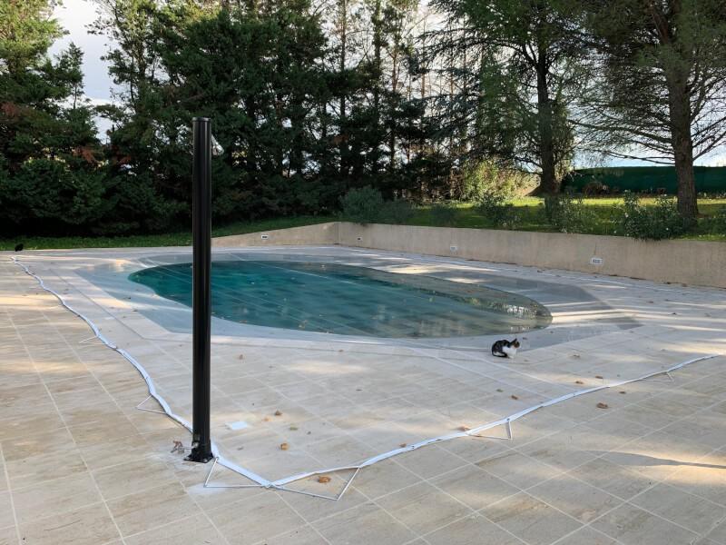 Filet antisalissures installé sur piscine ovale