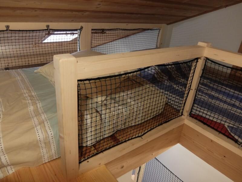 Filets de protection installés autour de lits pour enfants