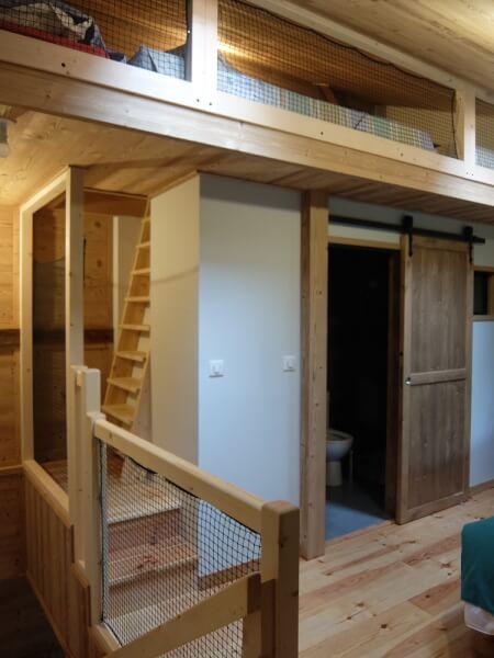 Filets de protection fixés sur mezzanine type chambre