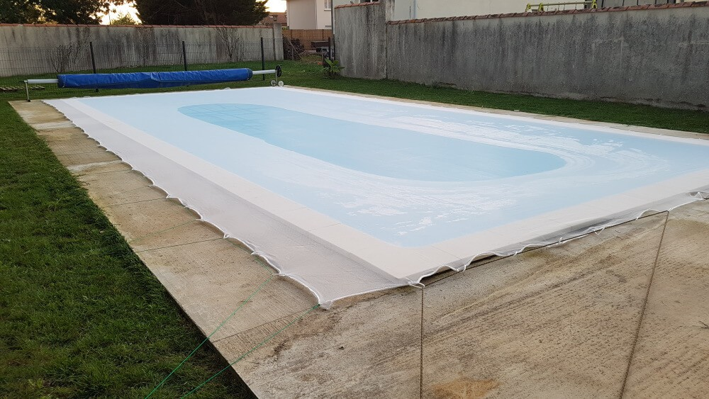 Fixation filet de protection sur piscine