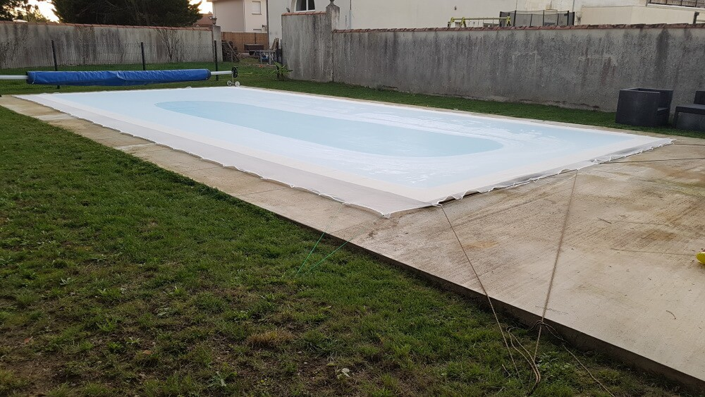 Grand filet pour piscine fixé sur pelouse
